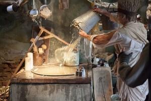 Szenografie Zauberlehrling - Besen bei der Arbeit in der Küche © Buero-Koethe