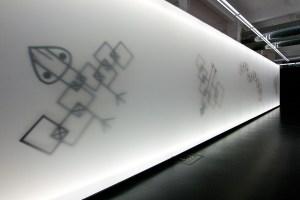 """Fassade mit Hintergrundbeleuchtung in der Ausstellung """"Paul Klee - Mythos Fliegen"""" in Augsburg"""