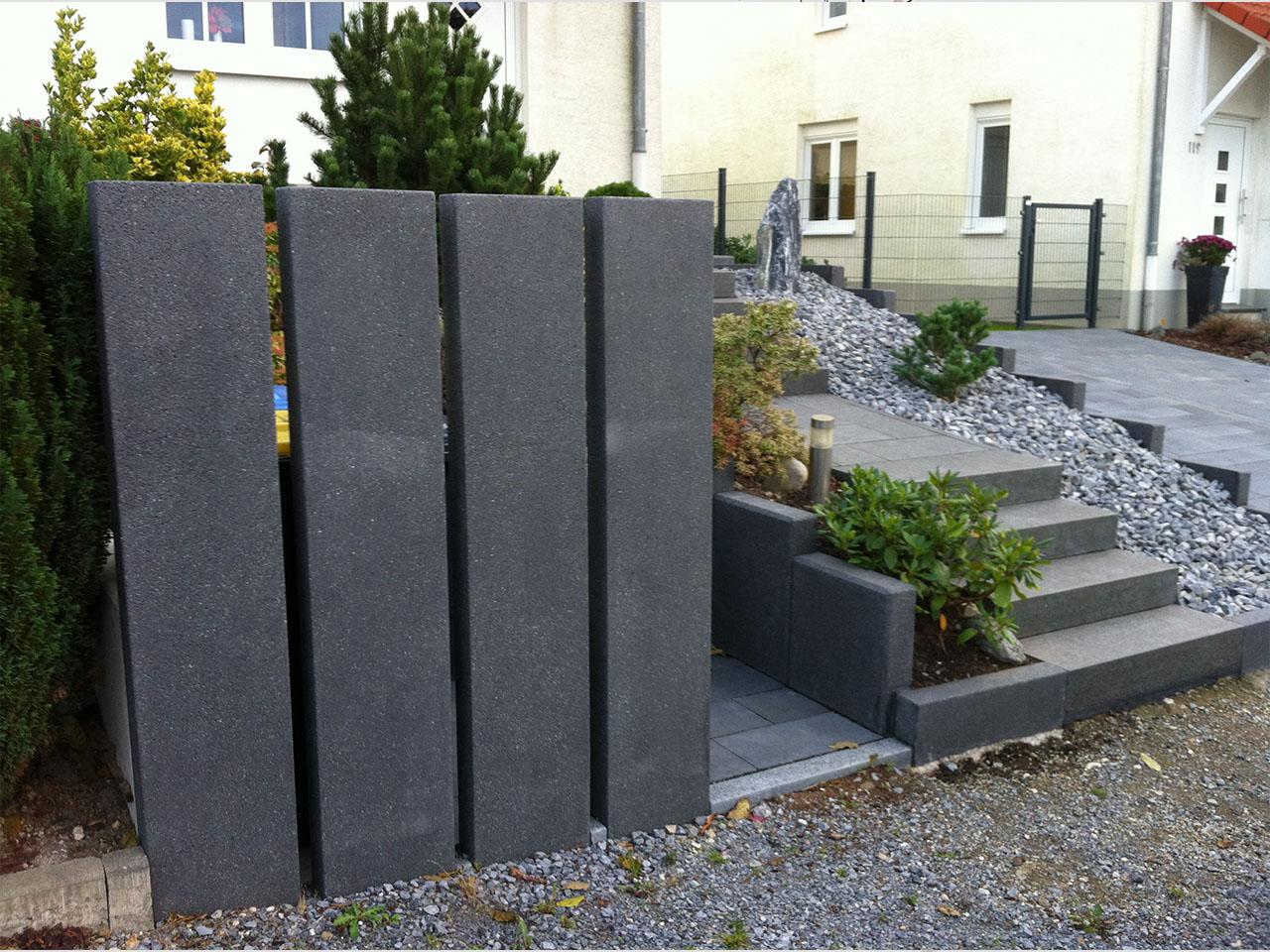 vorgarten hauseingang gestalten pflegeleichter vorgarten mit gro en steinen und gr sern design. Black Bedroom Furniture Sets. Home Design Ideas