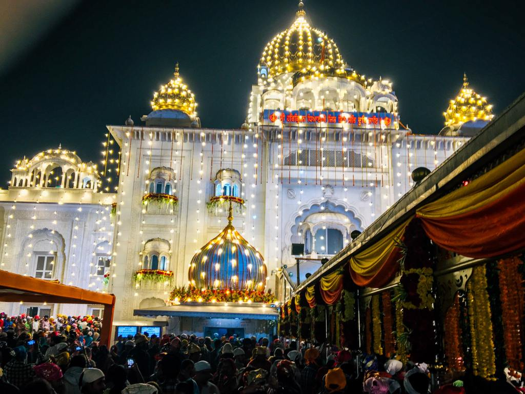 illuminations on a gurudwara in delhi