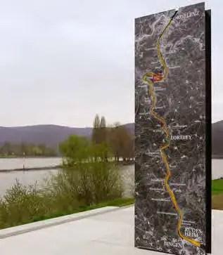 Stele am Rheinufer im Oberen Mittelrheintal. (Foto: RMP)