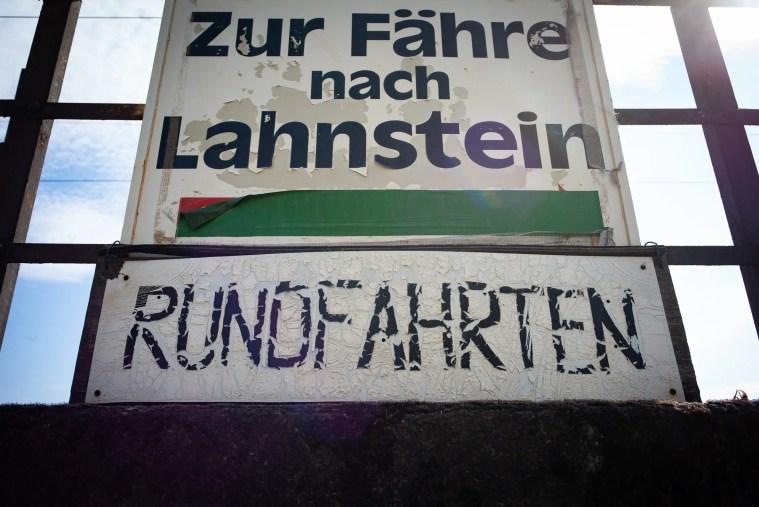 In die Jahre gekommen: Ein Schild weist auf eine Fähre nach Lahnstein hin. (Foto: Piel media)