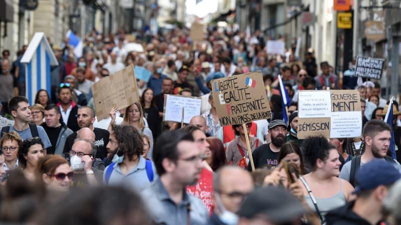 Manifestations anti-pass sanitaire: plus de 40.000 manifestants en France, un chiffre toujours en baisse