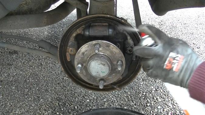 Pulvériser du nettoyant freins