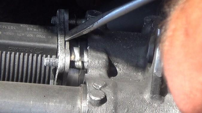 Prendre appui avec un tournevis sur la plaque de la vanne EGR et taper des petits coups répétés au marteau