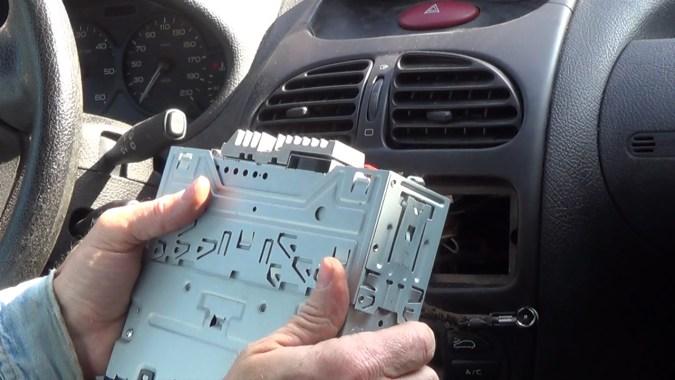 Déposer le manchon de montage du nouvel autoradio