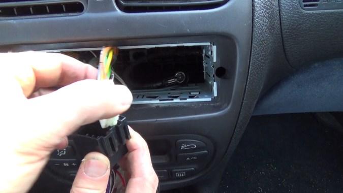 Connecter les 2 connecteurs ISO du véhicule