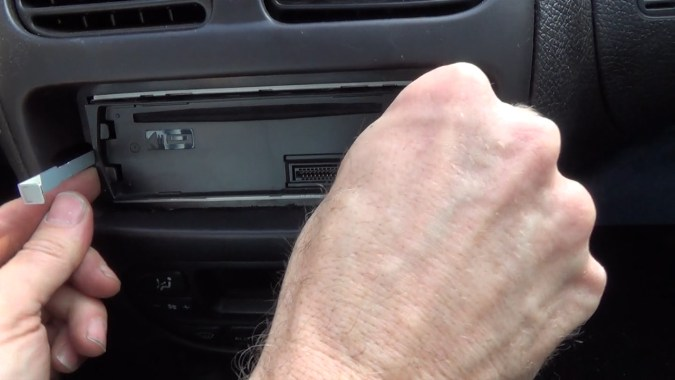 Insérer les clés d'extraction dans les deux côtés de l'appareil jusqu'à qu'elles s'enclenchent