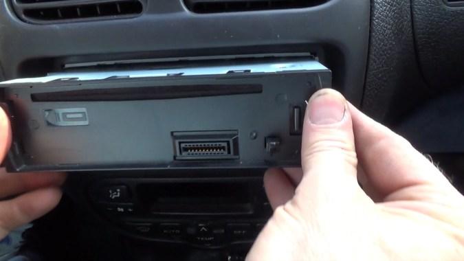 Extraire l'autoradio du tableau de bord
