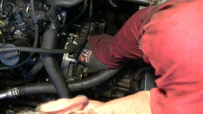 Reposer la boîte de vitesses sur le moteur
