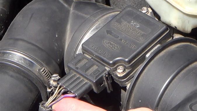 Il transmet au calculateur moteur une tension continue correspondant à la masse d'air entrant dans le moteur