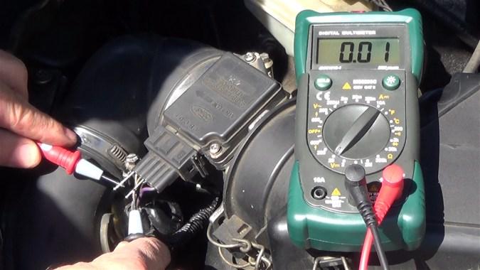 Le multimètre affiche 0.01V :  c'est certainement le fil recherché