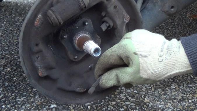 Décrocher le câble de frein à main