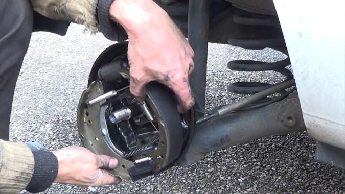 Mettez le kit de frein en place en positionnant les becs des mâchoires sur le cylindre de roue
