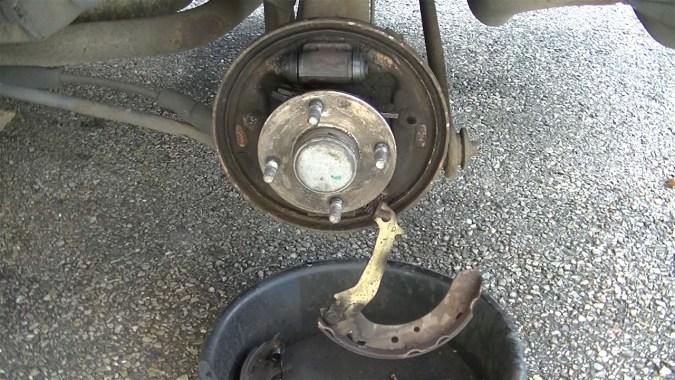 Décrocher le câble de frein à main du segment secondaire