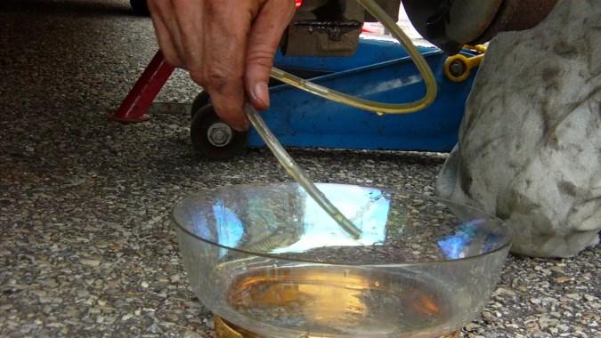 Laisser le liquide usagé s'écouler