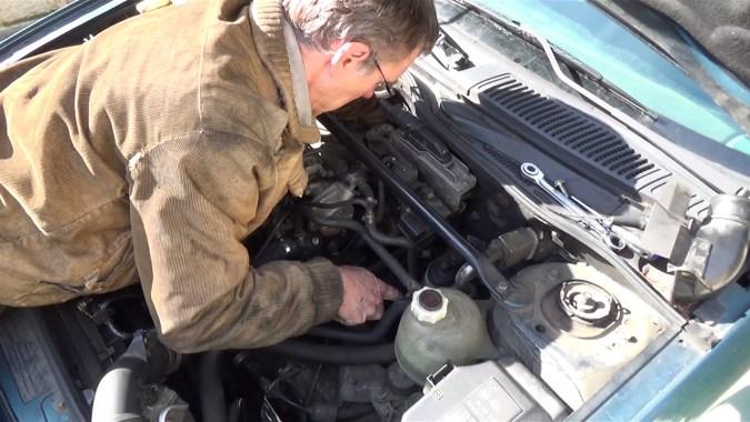Reposer le tuyau d'air de sortie turbocompresseur