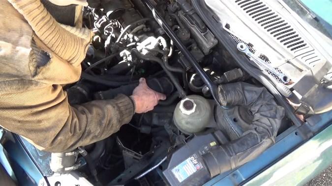 Reposer le tuyau d'air de sortie boîtier de filtre à air