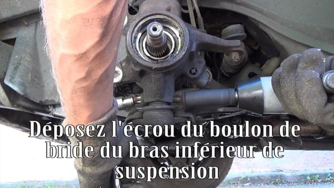 Déposer l'écrou du boulon de bride du bras inférieur de suspension