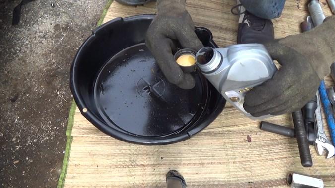 Graisser la tige filetée de l'extracteur de roulements