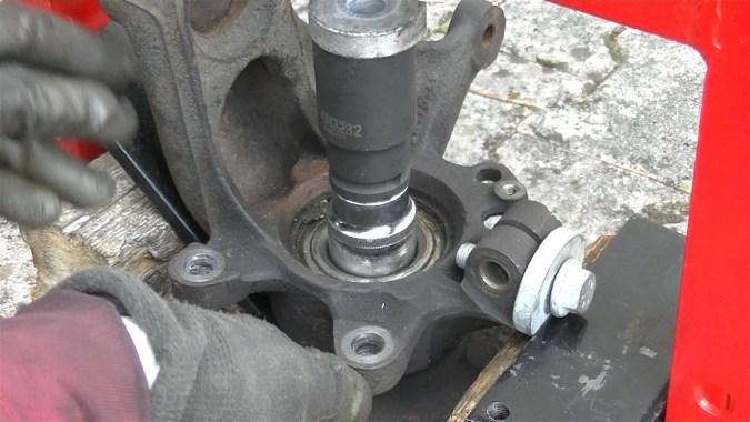 Poser une douille de diamètre légèrement inférieur à la bague intérieure du roulement