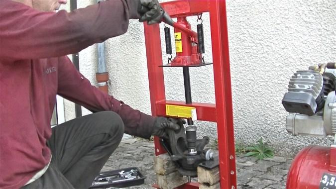 Actionner la presse pour extraire le moyeu de la bague intérieure du roulement