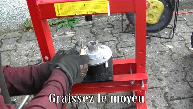 Poser le moyeu sur la presse et graisser le moyeu