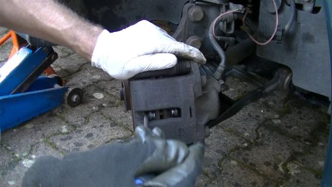 Repousser le piston de quelques millimètres avec un tournevis