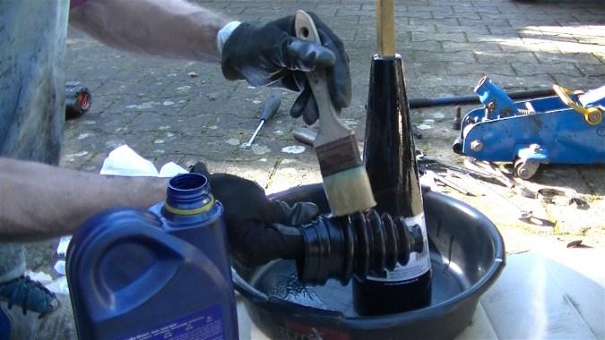 Appliquer de l'huile moteur sur le cône et sur l'extérieur du nouveau soufflet