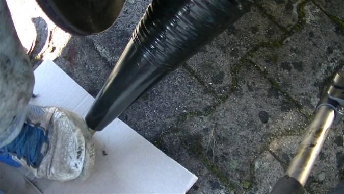 Bloquer le cône au sol avec le pied pour l'immobiliser