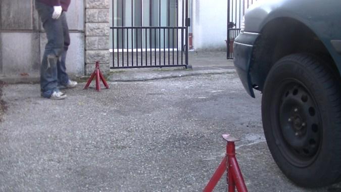 Positionner les 2 chandelles devant et derrière le véhicule