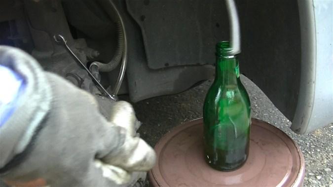 Plonger l'extrémité du tube dans le liquide de frein