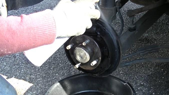 Nettoyer le plateau de frein et le tambour avec du nettoyant freins
