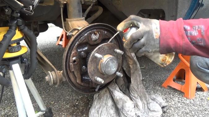 Nettoyer le plateau de frein avec du nettoyant freins