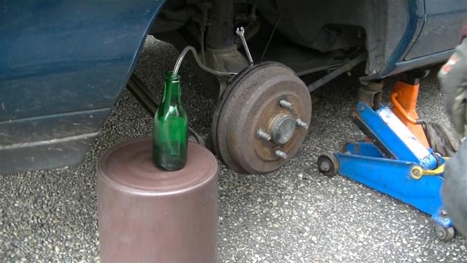 Le liquide de frein au fond de la bouteille empêche l'air de remonter par le tuyau lors de la purge