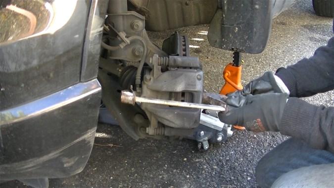 Repousser le piston de quelques millimètres avec un serre joint