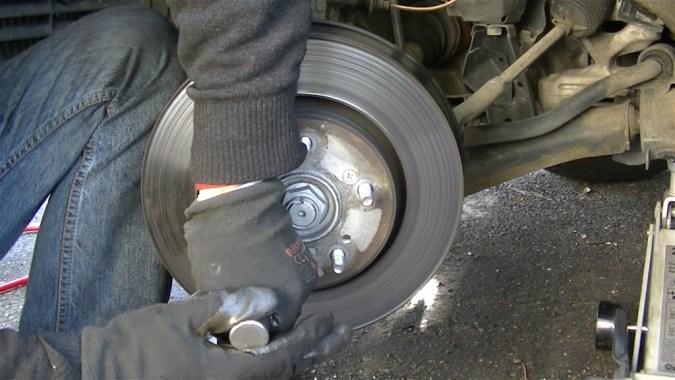 Appuyer à fond sur le tournevis, puis frappez avec un marteau pendant que vous tournez le tournevis dans le sens du desserrage