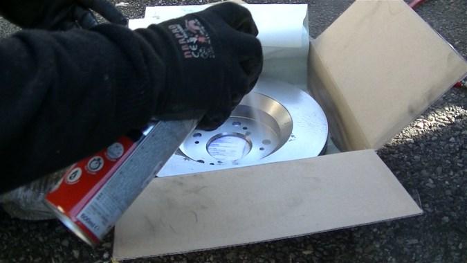 Nettoyer le disque de frein neuf avec du nettoyant frein