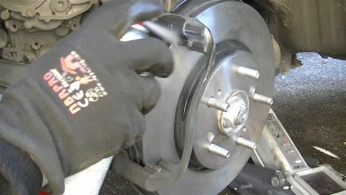 Nettoyer le support d'étrier avec le nettoyant freins
