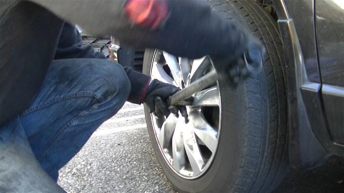 Procéder de la même façon sur l'autre roue avant