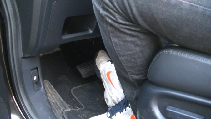 Démarrer le moteur et appuyer doucement plusieurs fois sur la pédale de frein