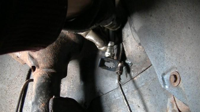 Reposer le nouveau flexible de frein