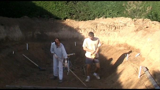 La finition du sol s'effectue à la pelle et au râteau pour avoir un sol bien droit