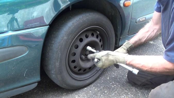 Serrez le frein à main et desserrez d'un demi tour les vis de roue