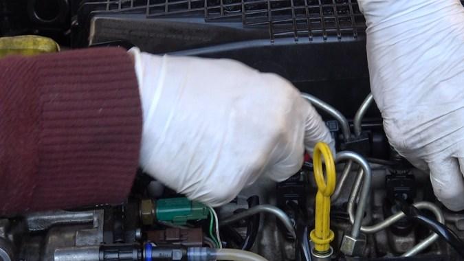 Les injecteurs sont reliés entre eux par de petites durites qui retournent le gasoil non utilisé dans le réservoir