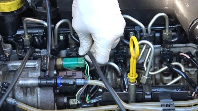 Branchez sur chaque injecteur une durite de même diamètre (utilisez des tuyaux de retours gasoil, tuyaux d'aquarium, ou tuyaux de lave glace)