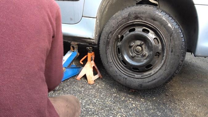 Levez l'avant du véhicule et <strong>déposez la roue