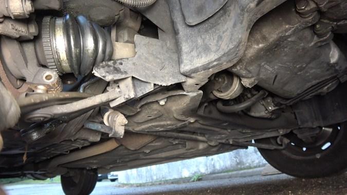Utilisez un démonte pneu ou un extracteur de rotules fourche pour extraire la rotule inférieure de suspension