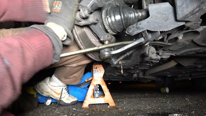 Si vous avez <strong>sorti </strong>la transmission de la boîte de vitesse, vous ne pourrez pas reposer la roture inférieure dans le porte-moyeu car elle sera décalée vers l'extérieur par rapport au porte moyeu. <strong>Tournez </strong>si besoin la transmission de façon à aligner les cannelures du cardan côté intérieur avec le planétaire de la boîte, puis poussez la transmission à fond pour l'engager dans la boîte. Si vous avez perdu de l'huile de boîte de vitesse en sortant la transmission, n'oubliez pas de faire l'appoint d'huile à la fin de l'intervention.