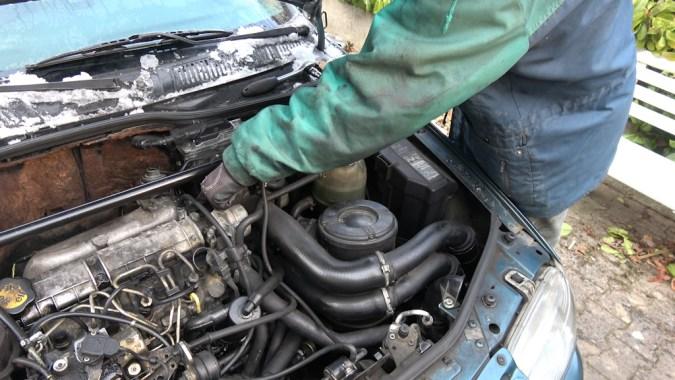 Enlevez le tuyau flexible dans le système d'admission d'air situé entre le turbocompresseur/refroidisseur intermédiaire et le collecteur d'admission